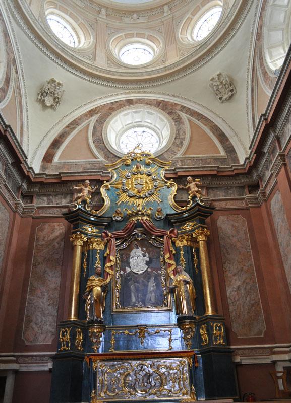 17. Rokokowy ołtarz główny z wizerunkiem Matki Boskiej Różańcowej, z kaplicy Tęczyńskich, II poł. XVIII w.