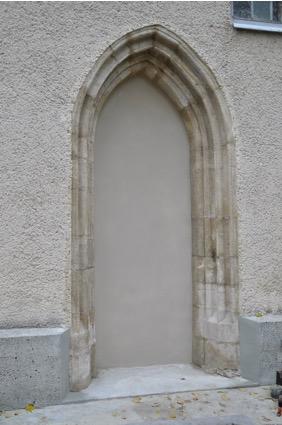 9. Kamienny portal zewnętrzny w ścianie południowej nawy, XIV w.
