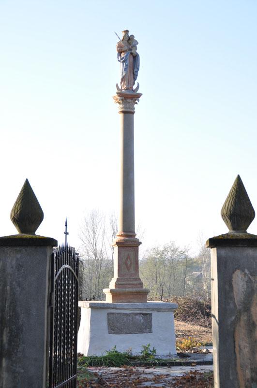 Pomnik z figurą Matki Bożej z Dzieciątkiem, XVII w.